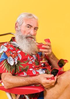 Vista frontal del hombre con camiseta tropical
