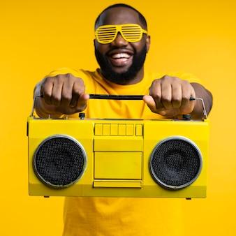 Vista frontal hombre con cassette