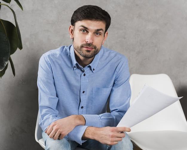 Vista frontal del hombre esperando su entrevista de trabajo