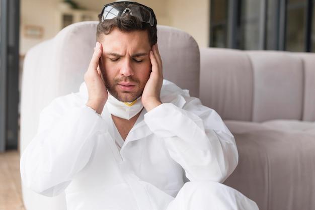 Vista frontal hombre experimenta dolor de cabeza