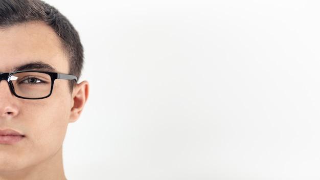Vista frontal del hombre con gafas y espacio de copia