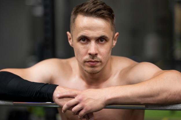 Vista frontal hombre en el gimnasio
