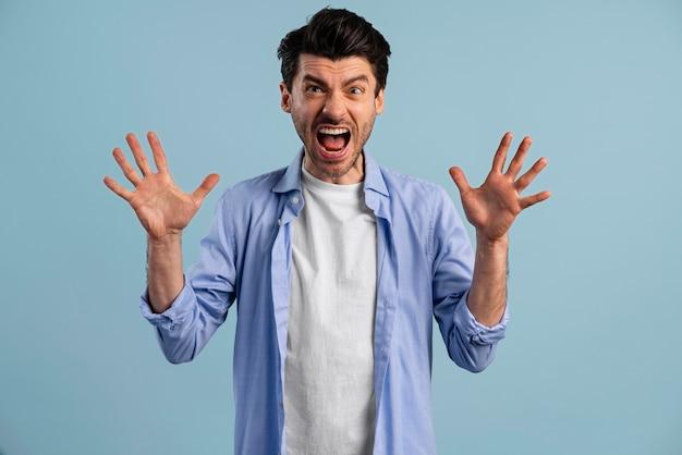 Vista frontal del hombre gritando frustrado