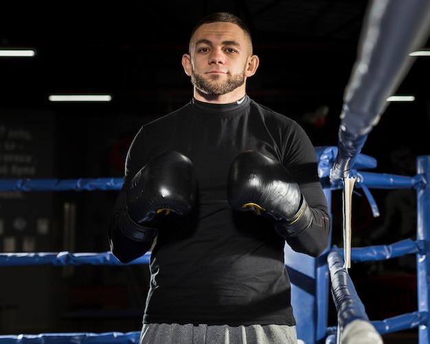 Vista frontal del hombre con guantes de boxeo