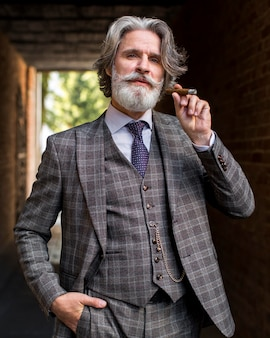 Vista frontal hombre guapo fumar cigarro cubano