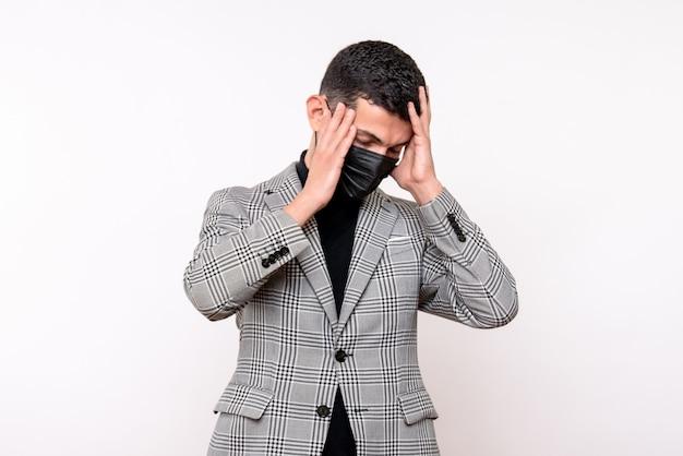 Vista frontal hombre guapo en traje sosteniendo la cabeza de pie sobre fondo blanco aislado