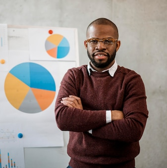 Vista frontal del hombre haciendo una presentación durante una reunión