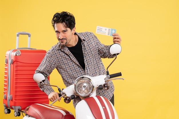 Vista frontal del hombre joven con bicicleta con billete de avión en amarillo