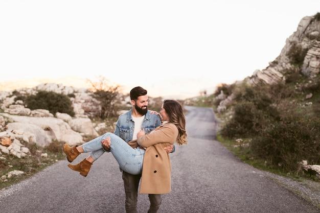 Vista frontal hombre llevando a su novia