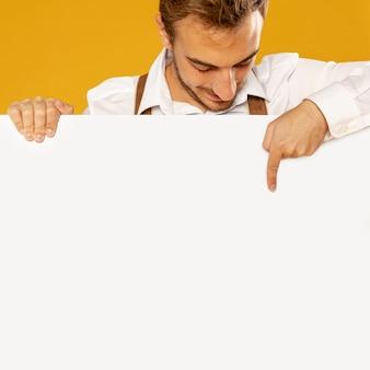 Vista frontal del hombre con maqueta de cartel