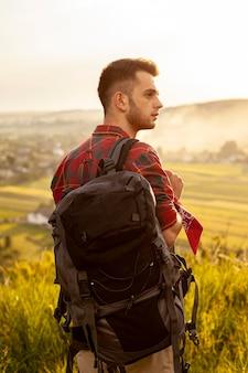 Vista frontal hombre con mochila