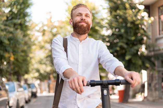 Vista frontal del hombre moderno en scooter
