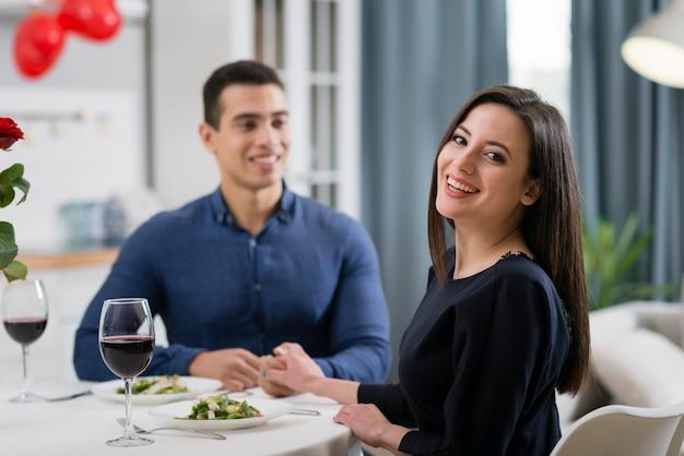 Vista frontal hombre y mujer cenando juntos románticamente