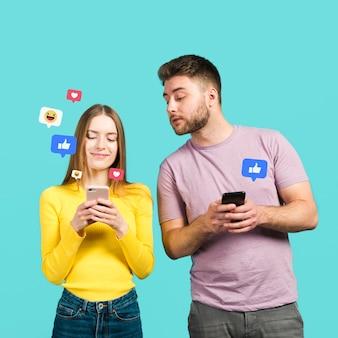 Vista frontal del hombre y la mujer mirando las reacciones de aplicación