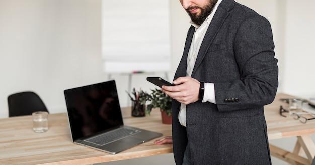 Vista frontal del hombre de negocios con teléfono
