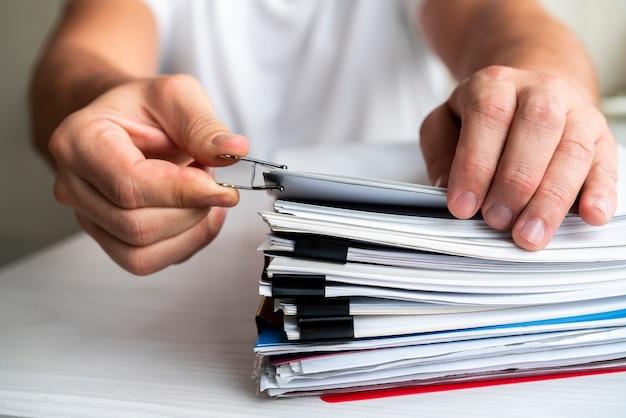 Vista frontal hombre organizando archivos de negocios