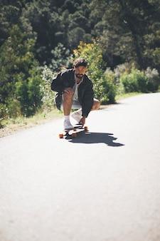 Vista frontal del hombre en patineta