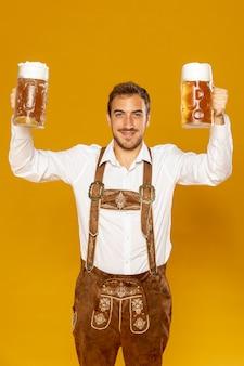 Vista frontal del hombre con pintas de cerveza