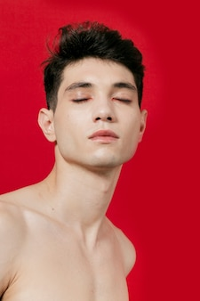 Vista frontal del hombre posando con los ojos cerrados