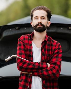 Vista frontal del hombre que sostiene la llave