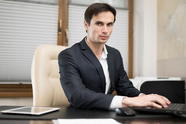 Vista frontal del hombre que trabaja en la oficina
