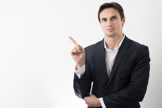 Vista frontal del hombre señalando con espacio de copia