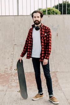 Vista frontal del hombre en el skate park