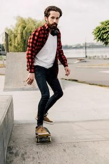 Vista frontal del hombre skateboarding