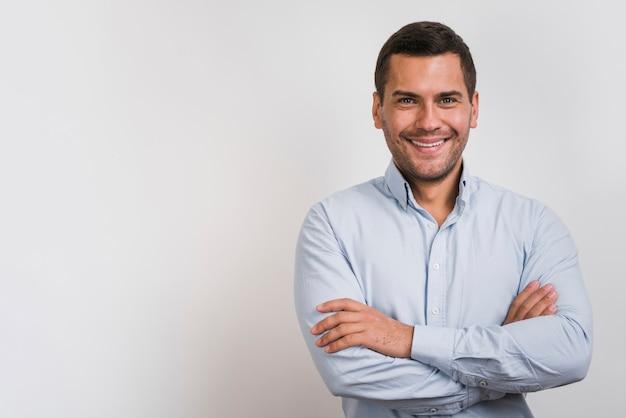 Vista frontal del hombre sonriente con espacio de copia