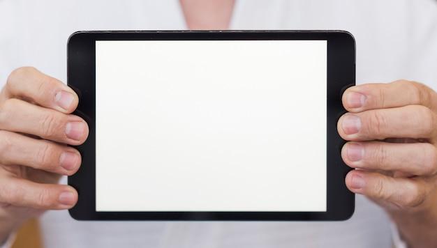 Vista frontal hombre sosteniendo un primer plano de la tableta