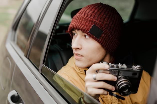 Vista frontal hombre sujetando la cámara