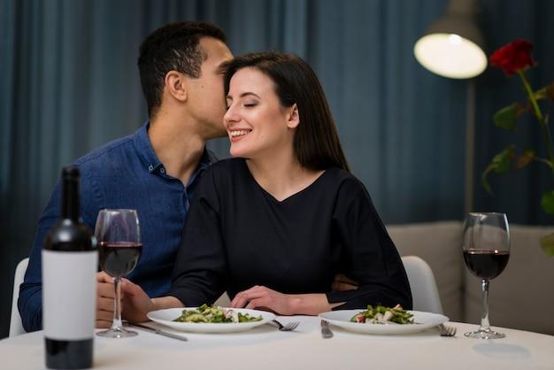 Vista frontal hombre susurrando algo a su novia