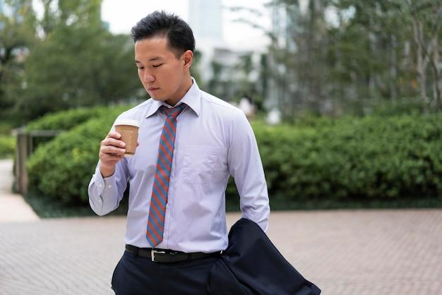 Vista frontal del hombre con taza de café