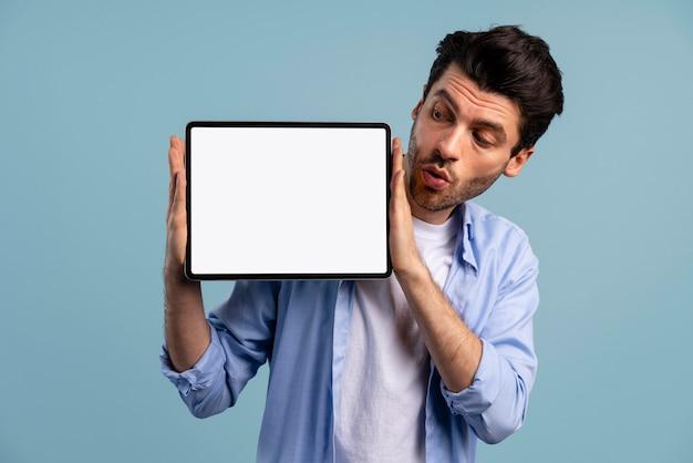Vista frontal, de, hombre, tenencia, tableta