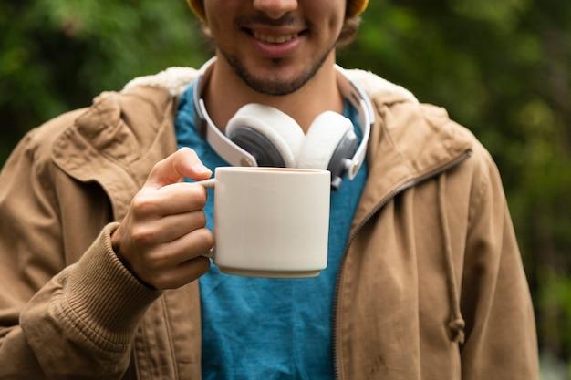 Vista frontal del hombre tomando café