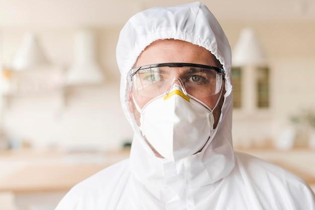 Vista frontal hombre vestido con traje de materiales peligrosos
