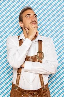 Vista frontal del hombre vestido con vestimenta tradicional