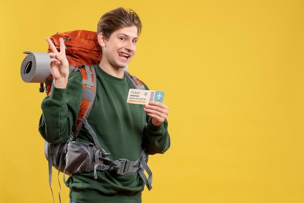 Vista frontal de los hombres jóvenes preparándose para el senderismo con billete