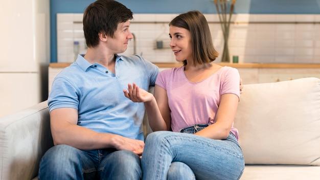 Vista frontal de hombres y mujeres mirando el uno al otro