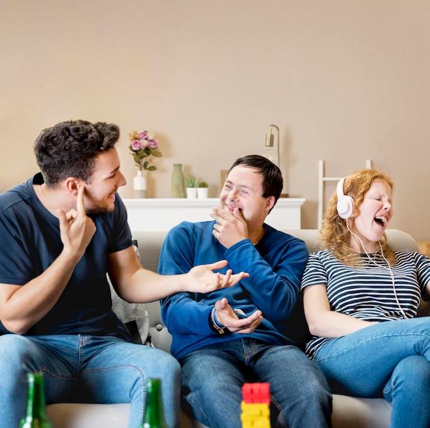 Vista frontal de hombres riéndose de mujer cantando