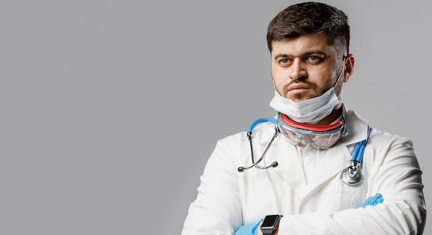 Vista frontal del investigador masculino con guantes y estetoscopio