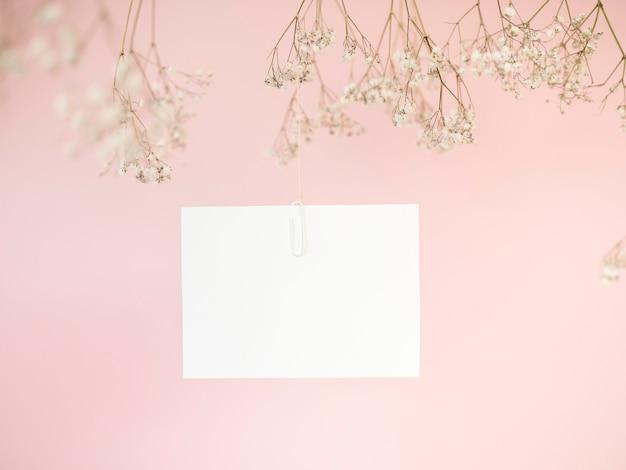 Vista frontal de invitación de boda colgante