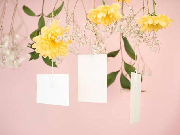 Vista frontal de invitaciones de boda encantadora
