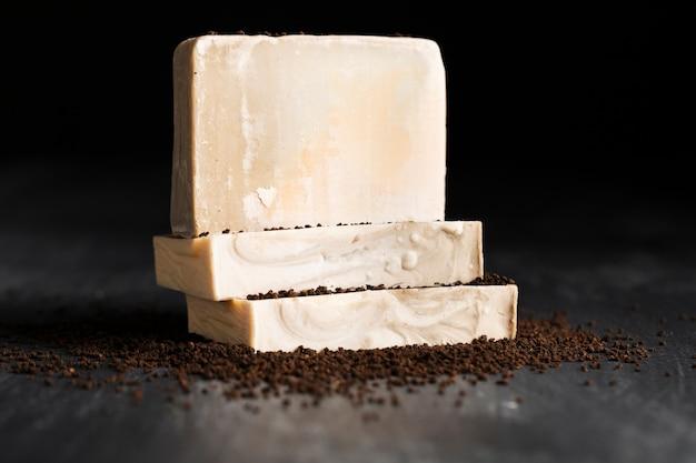 Vista frontal de jabón hecho de café en polvo