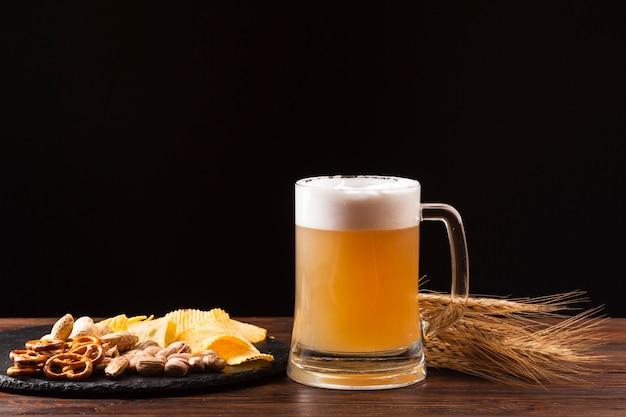Vista frontal jarra de cerveza con salchicha