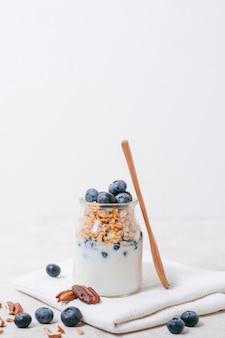 Vista frontal jarra con leche orgánica y avena
