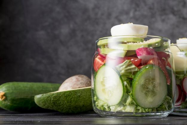 Vista frontal jarra llena de vegetales orgánicos