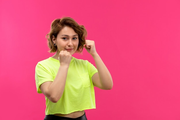 Una vista frontal joven bella dama en posición defensiva
