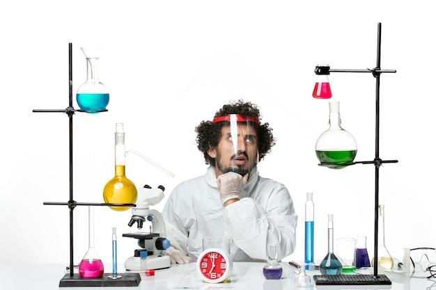 Vista frontal joven científico en traje especial y casco protector