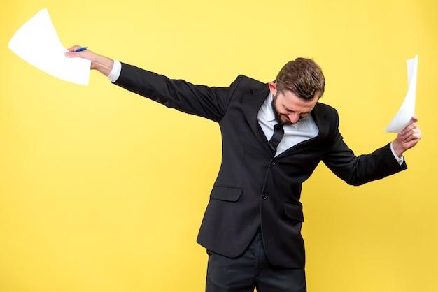 Vista frontal del joven empresario joven feliz tomó la decisión correcta en amarillo